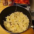 第一次炒飯,把蝦米、辣味蘿蔔(來自西雅圖大姊的愛心)、大白菜、蛋炒在一起