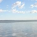 看~遠方的湖水是閃爍著波光的!
