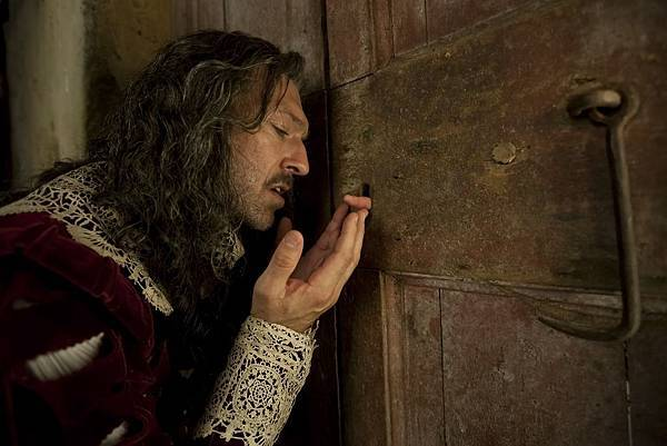 King of Strongcliff (Vincent Cassell) (2).jpg