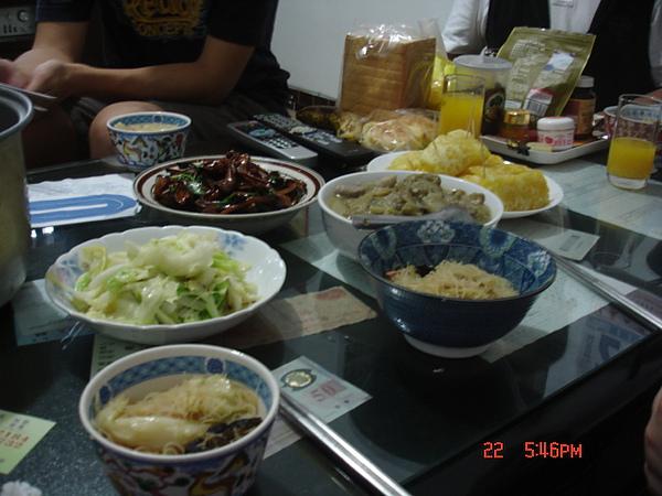 晚餐滿桌.JPG
