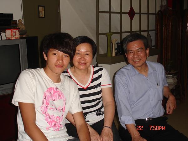 皓揚與外公外婆.JPG