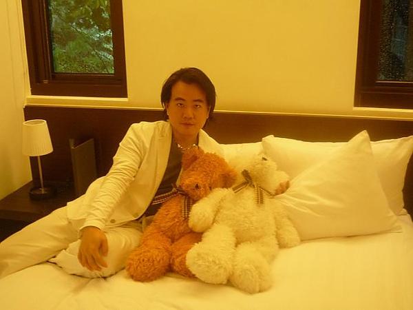 與床上小熊合照.jpg