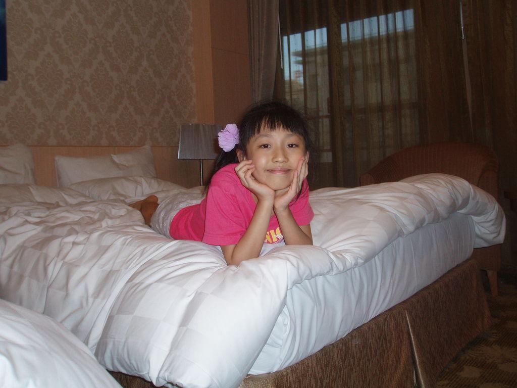 2011-08-14_02_高雄_義大天悅飯店_01_床上.jpg
