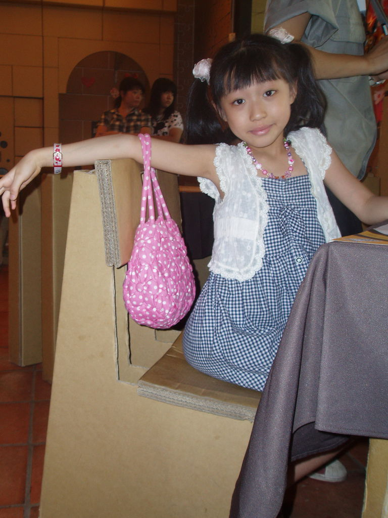 2011-08-17_02_台中新社_紙箱王_20_紙椅喔.jpg