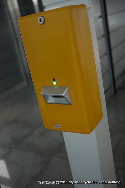 希臘地鐵沒有柵欄,完全採良心制,自己買票自己打卡,這...難怪會賠錢呀..