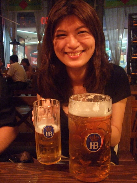 超大的啤酒杯,看世足必備的飲料~