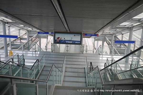 很大的地鐵,不過沒有電梯,搬行李搬到快吐血..
