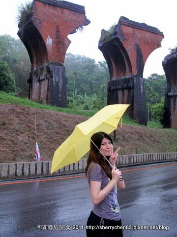 小黃傘配上龍騰斷橋,雨一直下不停呀@@