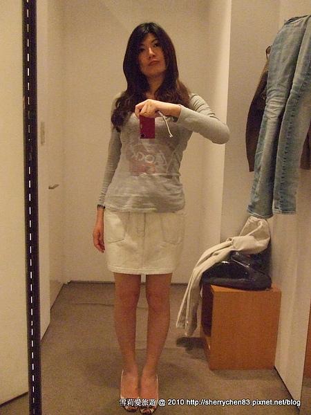 同一個顏色的牛仔裙,很好看喔...不過最小的size我穿起來還是鬆鬆的,這是炫耀很瘦嗎>//<