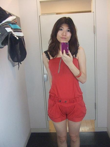 紅色連身褲,很可愛喔~