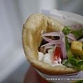 我點的Souvlaki Pita用羊肉,雞肉,豬肉放在一起的烤肉串加上暑條以及酸白醬..真的是便宜又好吃呀~