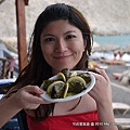 和希臘的傳統料理Dormadas合照...葡萄葉裡麵包著酸酸的飯.我沒有很喜歡..