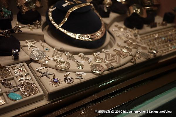 Oia的飾品超有質感的..美一樣都很美..不過也很貴就是了