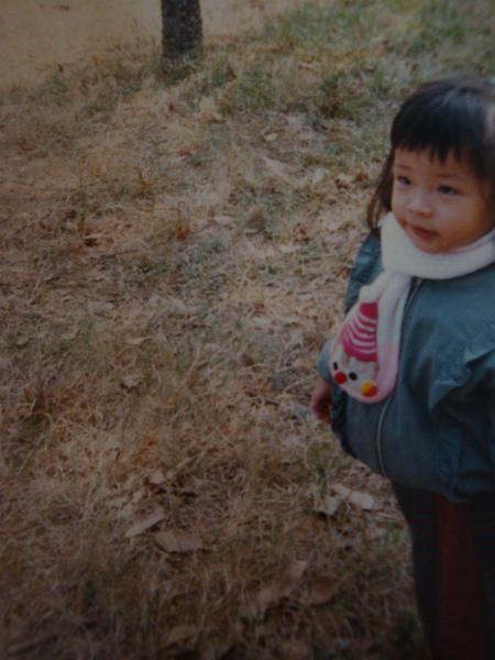 小時候我就很怕冷了,這條圍巾還在喔,好可愛