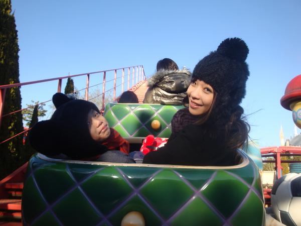 小小雲霄飛車的拍照~是阿爸幫我們拍ㄉ優