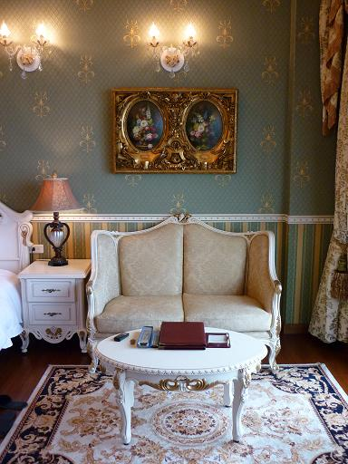 君士坦丁堡的2203房~ 整個房間都是歐式鄉村+宮廷風格, 壁紙跟水晶燈~ 超讚