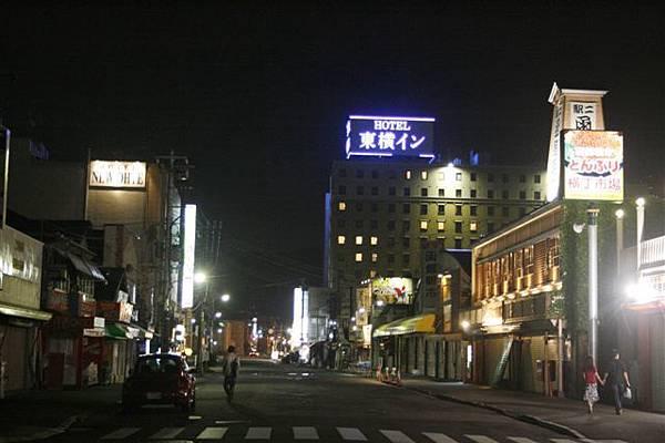 函館站前的市景,明明不到九點,卻超冷清