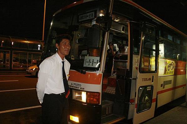出機場的市區巴士,這位司機超熱心的~讚!