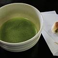 _MG_0221抹茶熱熱的配上甜甜的合果子很搭.jpg