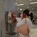 打電話與民宿聯繫中