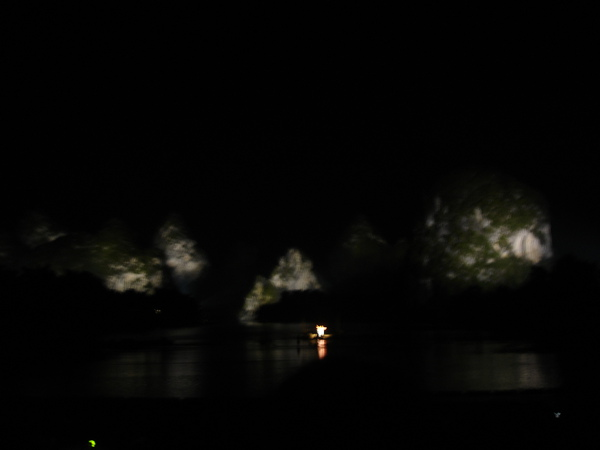 夜晚打光的灕江山水