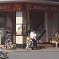 麥當勞前的暴走族!?