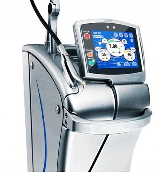 雷射機器設備輔助微創植牙手術進行,使傷口更小