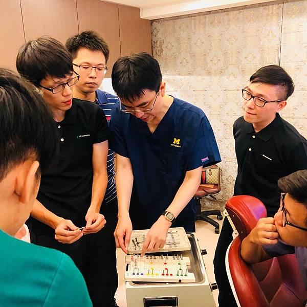 溫醫師與ITI廠商互相交流切磋學習
