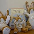 """""""猜猜我有多愛你""""的大小兔及手偶兔都可以帶回家喔!"""