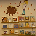 店內有兩面每月主題書展牆面