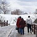 腳底下都結冰了,走路一個不小心就會滑倒