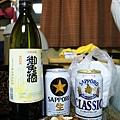 日本啤酒加清酒,大人們晚上在房間喝酒聊天
