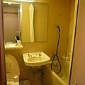 小小一間浴室,澡在泡溫泉的地方洗好了,用不到這裡