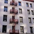 他們的建築物都弄的很漂亮,裝了逃生梯也不會差太多