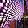 NBC攝影棚這顆大球超閃亮的