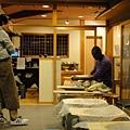 這位黑人在學做陶藝,他很害羞,因為我們在外面對他比讚!