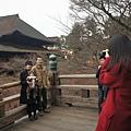 幫一對日本夫妻拍照,他們的小孩穿的也太可愛