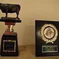 得獎的牛,樓梯兩旁放滿獎牌