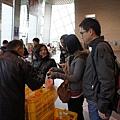在NHK電視台裡賣各地名產,阿伯裝了一堆橘子在袋子裡,只要三百元!