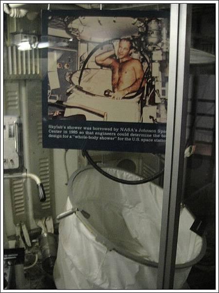 在太空艙裡洗澡的方式,小小的空間展示著太空人在裡面的生活方式