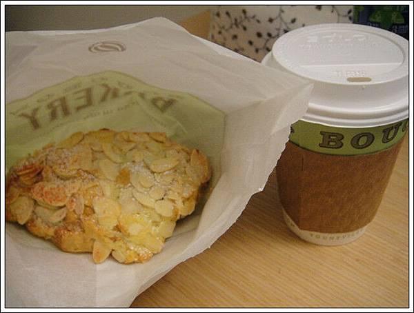 拿鐵+麵包,美國的咖啡店都喝不到抹茶口味