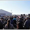 滿滿的人潮排隊等著買票及安檢