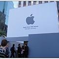 蘋果電腦店面外觀在整修,看不到之前全玻璃的外牆