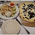 可怕的炸花枝又來了,還有黑菇pizza.....都我姐愛吃的口味...