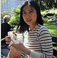 眼腫一隻的阿姐坐著吃漢堡被太陽曬