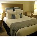床雖看似不大但很軟,房號2034,房間的空間還算大