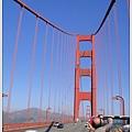 在橋上,風很大很大