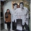 迷妹模式又啟動,在韓國就一定要一直跟這些偶像看板合照才對啊