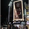 咖啡店出去向左轉進去就是明洞,立刻看到東方神起跟BOA的大型廣告