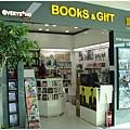 機場裡面有個小書局,還有EVERYSING櫃